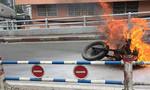 Xe phân khối lớn cháy ngùn ngụt trên cầu ở Sài Gòn