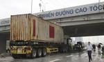 Container kẹt dưới gầm cao tốc TP.HCM - Long Thành - Dầu Giây