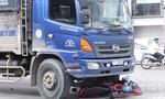 Hai phụ nữ thoát chết trong gang tấc dưới gầm xe tải