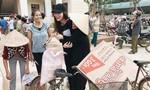 Bà con Quảng Bình ôm chầm Hồ Ngọc Hà khi trao quà từ thiện
