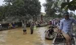 PV Công an TP.HCM chèo xuồng trao quà cứu trợ cho bà con vùng 'rốn lũ'