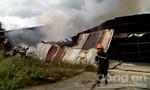Cháy lớn tại xưởng chứa vải rộng 200 mét vuông