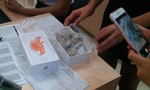Nhân viên Thế giới di động đánh tráo iPhone bằng cách nhét đá vào hộp
