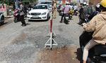 TP.HCM: Xe tải lọt bánh vào hố trên đường phố