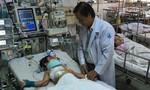 Bác sĩ kể giây phút nghẹt thở cứu bé trai bị cọc sắt đâm xuyên ngực, thủng tim
