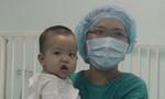 Bé trai 13 tháng tuổi được bố hiến gan siêu đáng yêu ngày xuất viện