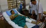 Thượng úy CSGT bị ném gạch vỡ xương bánh chè