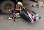 Xe máy tông đuôi xe tải, hai mẹ con bị thương nặng
