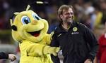 Hình ảnh vui nhộn giữa các huấn luyện viên cùng linh vật đội bóng