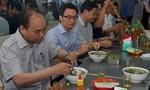 Clip: Thủ tướng trả tiền ăn sáng, uống cà phê cho đoàn kiểm tra an toàn thực phẩm