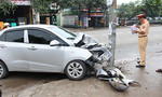Ô tô 4 chỗ 'cắm đầu' vào trụ đèn bên đường