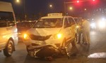 Hai cha con bị taxi tông nhập viện