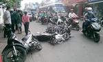 TP.HCM: 4 xe máy tông nhau, 2 người gãy tay, chân
