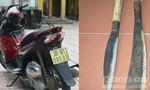 Hai thanh niên chặn đường cướp xe máy của người phụ nữ