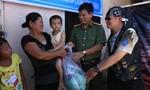 Báo CATP cùng CLB 1st Saigon Free Chapter trao quà từ thiện cho người nghèo