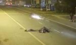 Clip: Cú tông kinh hoàng giữa 2 xe máy trong đêm
