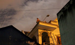 Nam thanh niên nghi ngáo đá ngồi trên mái nhà dân suốt 7 giờ