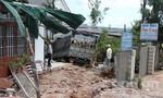 Xe tải mất lái đâm vào 4 nhà dân trong đêm