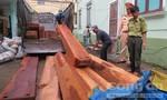 CSGT bắt xe tải vận chuyển gỗ lậu số lượng lớn