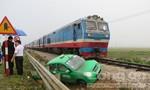 Tàu hỏa kéo rê taxi hơn 50 m, ba người thoát chết