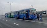 Ba xe buýt tông nhau trên cầu ở Sài Gòn
