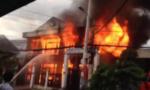 Clip: Biển lửa 'nhấn chìm' căn nhà kiên cố, 2 người thiệt mạng