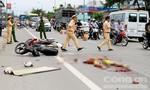 Hai người chết thảm dưới bánh xe đầu kéo trước cổng chùa