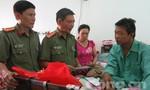 Báo Công an TPHCM thưởng nóng 5 triệu cho người đàn ông dũng cảm bắt cướp