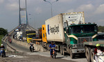 TP.HCM: Xe container gặp nạn dốc cầu Phú Mỹ, giao thông tê liệt