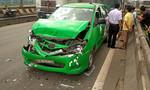 TP.HCM: Xe taxi bị tông móp đuôi, bể đầu trên quốc lộ