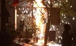 Trụ điện bốc cháy như pháo hoa