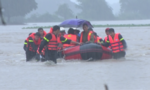 Cảnh sát PCCC liên tiếp đưa người dân thoát khỏi lũ lớn