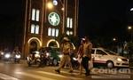 CSGT ân cần đưa du khách sang đường ở trung tâm thành phố