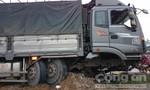 Xe tải tông nát dải phân cách tại dốc Cầu Voi