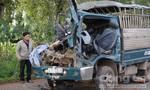 3 người mắc kẹt trong cabin xe tải sau cú húc đuôi kinh hoàng