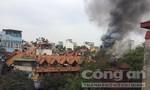 Dãy nhà cũ ở phố Phùng Hưng bốc cháy dữ dội lúc giữa trưa