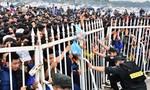 Mang chăn ngủ đường, chen lấn mua vé xem Việt Nam đá bán kết