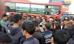 Xe khách bỏ chuyến phản đối phân tuyến, hàng trăm khách không thể về quê