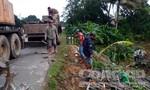 Xe container chở gỗ hộp bị lật xuống ruộng sâu