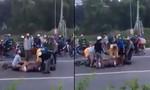 Người dân lao vào xẻ thịt con trâu bị xe tông chết giữa đường