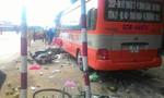Xe buýt mất lái cuốn 3 xe máy vào gầm, 1 người tử vong