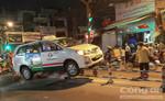 Tránh xe gắn máy, xe taxi lao lên dải phân cách giữa đường.