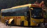 Hơn 50 hành khách thoát nạn khi xe khách tông dãy phân làn