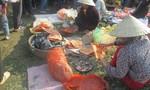 Độc đáo phiên chợ ném cà chua cầu may đầu năm ở Thanh Hóa