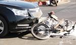 Xe máy cháy trụi sau khi va chạm với ô tô