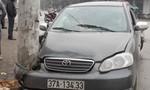 Ô tô mất lái đâm cột điện khiến 4 người nhập viện