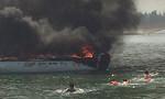Ca nô cao tốc chở du khách cháy dữ dội ở cảng Cửa Đại