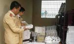 Cảnh sát giao thông bắt giữ xe ôtô tải vận chuyển 9.600 bao thuốc lá lậu