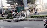 Va chạm xe máy, ô tô lật ngửa trên đường