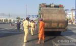 Ô tô con 4 chỗ bị xe rác tông trực diện, bà bầu thoát nạn